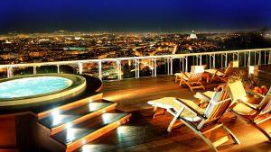 hoteles en roma vista terraza de noche
