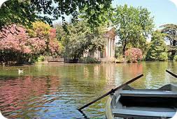 barcas en el estanque de villa Borghese Roma