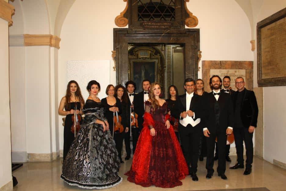 artistas en el palacio Santa Chiara Opera en Roma