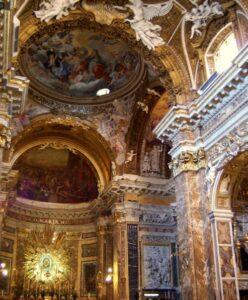 Interior de la Iglesia de Santa Maria della Vittoria en Roma