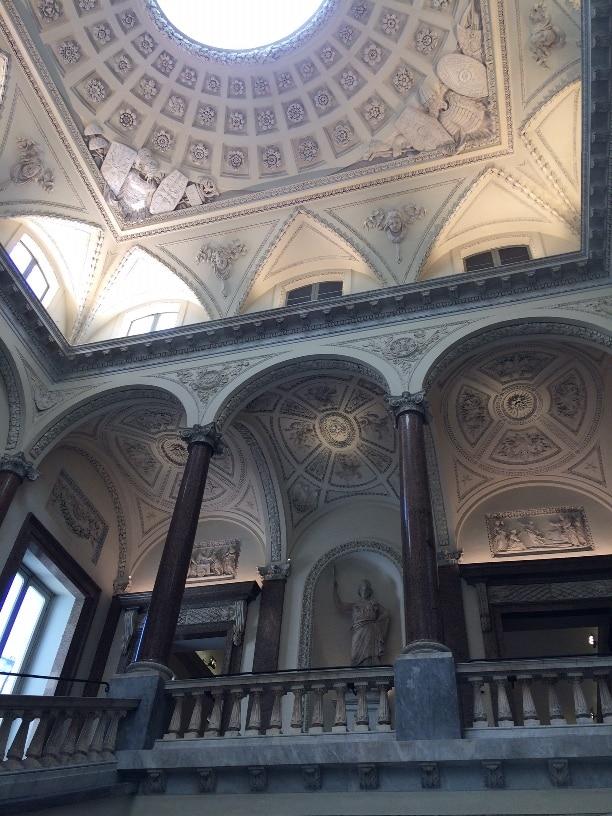 Escalera monumental del Palacio Braschi en Plaza Navona Roma
