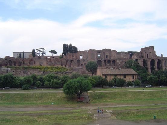 Vista del Palatino desde el Circo Maximo en Roma