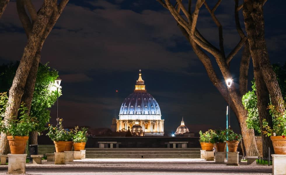 cupula de San Pedro de noche