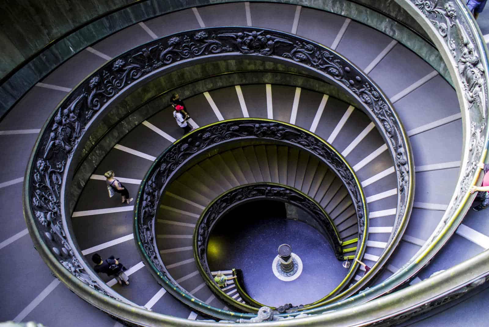 visita al vaticano escalera Momo