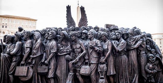 escultura refugiados vaticano