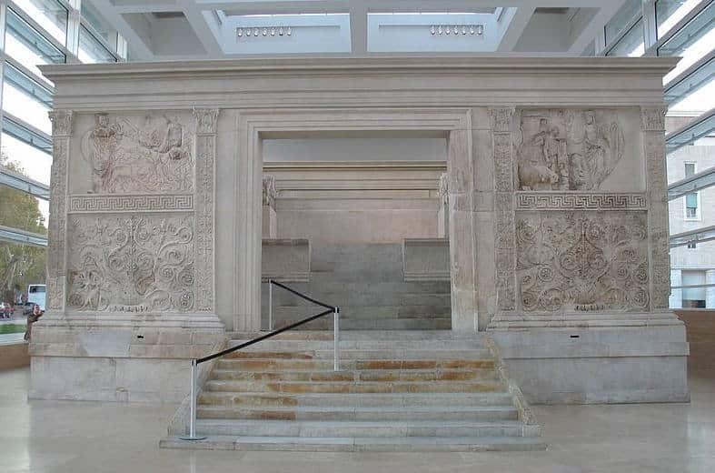 vista frontal del Ara de la Paz de Augusto