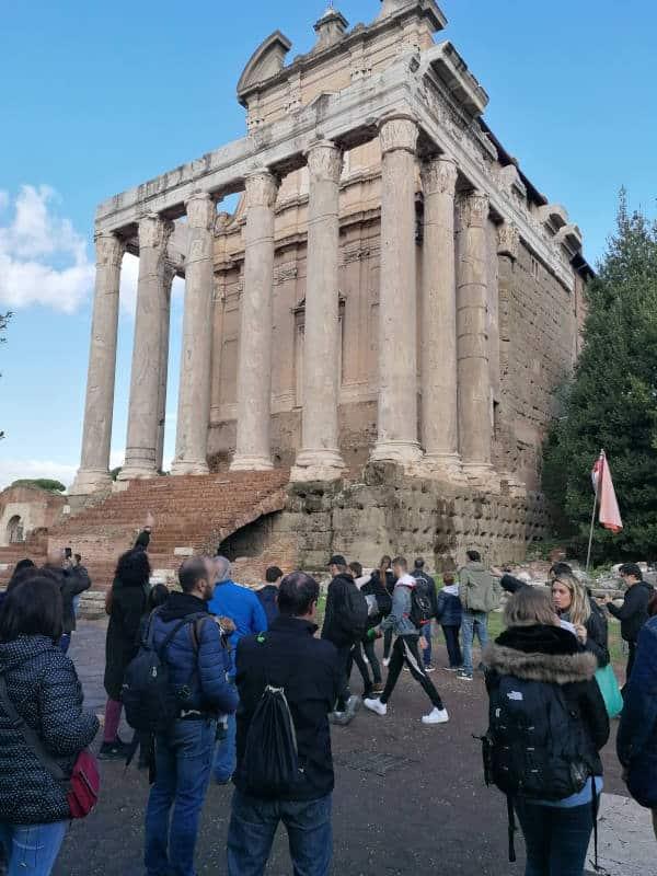 visita templo antonino durante tour coliseo