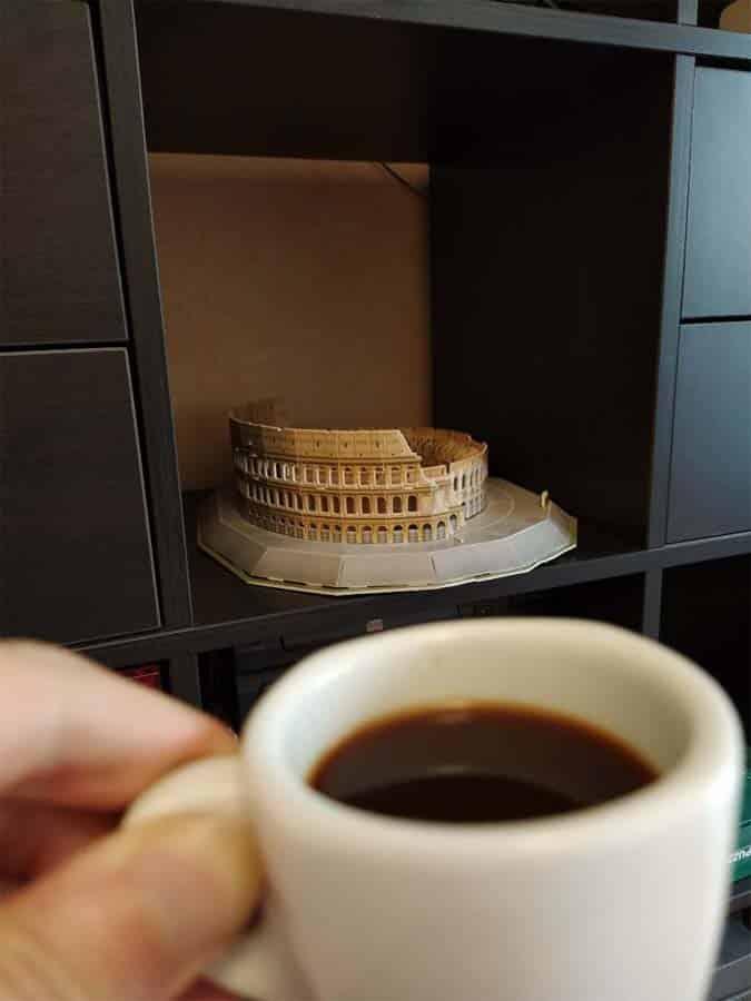 un cafe ante el coliseo