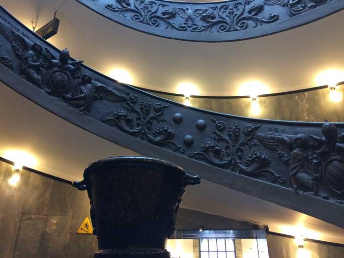 escalera momo museos vaticanos