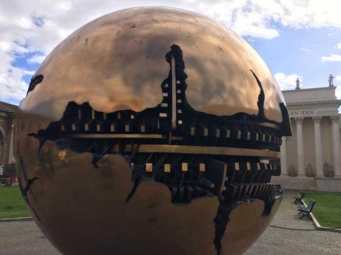 escultura moderna mundo arnaldo pomodoro vaticano