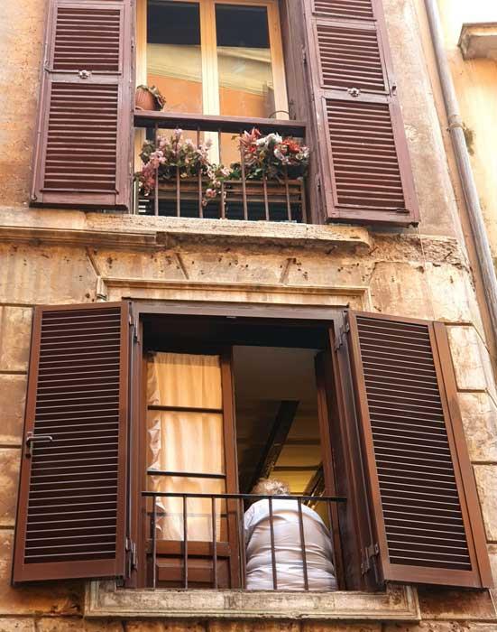 ventana cerca de la casa de caravaggio en roma