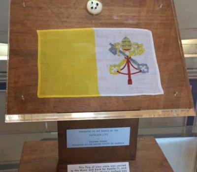 museos vaticanos bandera apolo XI